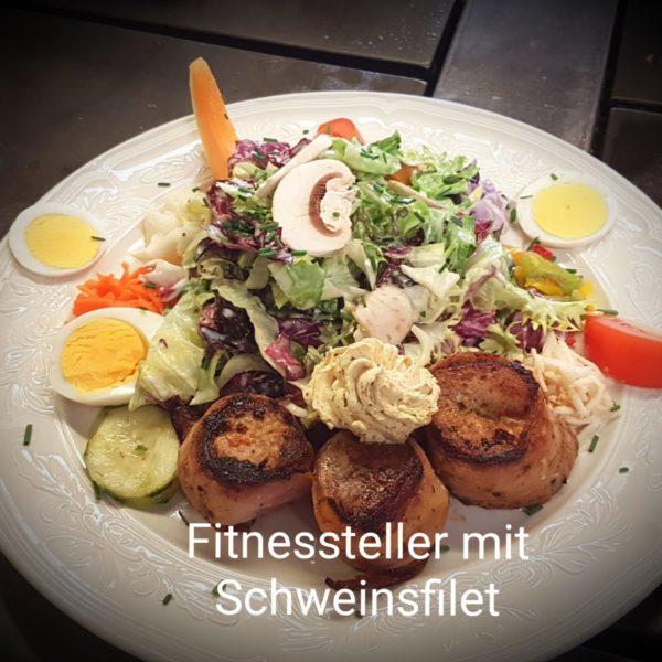 Schweinsfilet-Medaillons mit frischen Salaten garniert